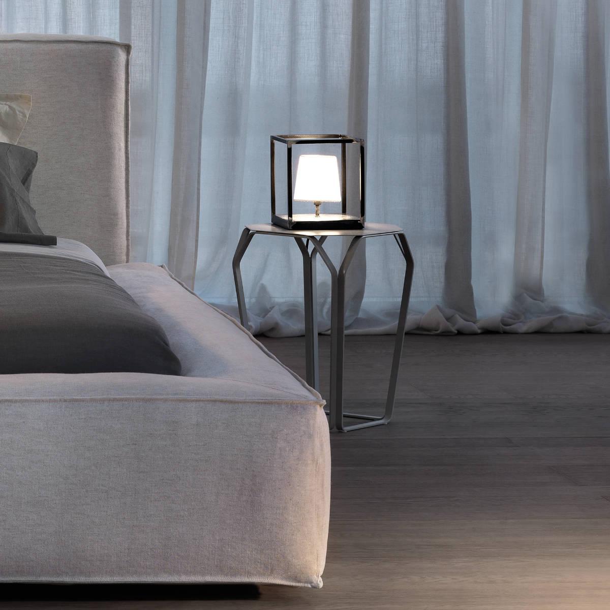 beistelltisch aus metall von meme design. Black Bedroom Furniture Sets. Home Design Ideas